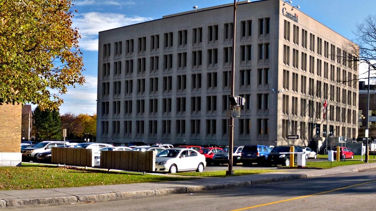 L'édifice de l'Agence du revenu du Canada, occupé en novembre 2013.