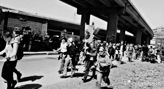 Groupe de manifestants se dirigeant vers la côte d'Abraham. 21 avril 2001.