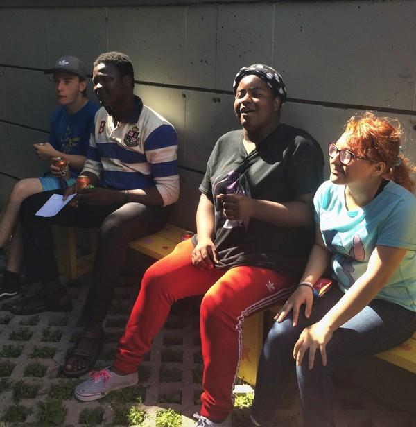 Les jeunes du programme C-Vert vivent un bon moment lors de l'inauguration.