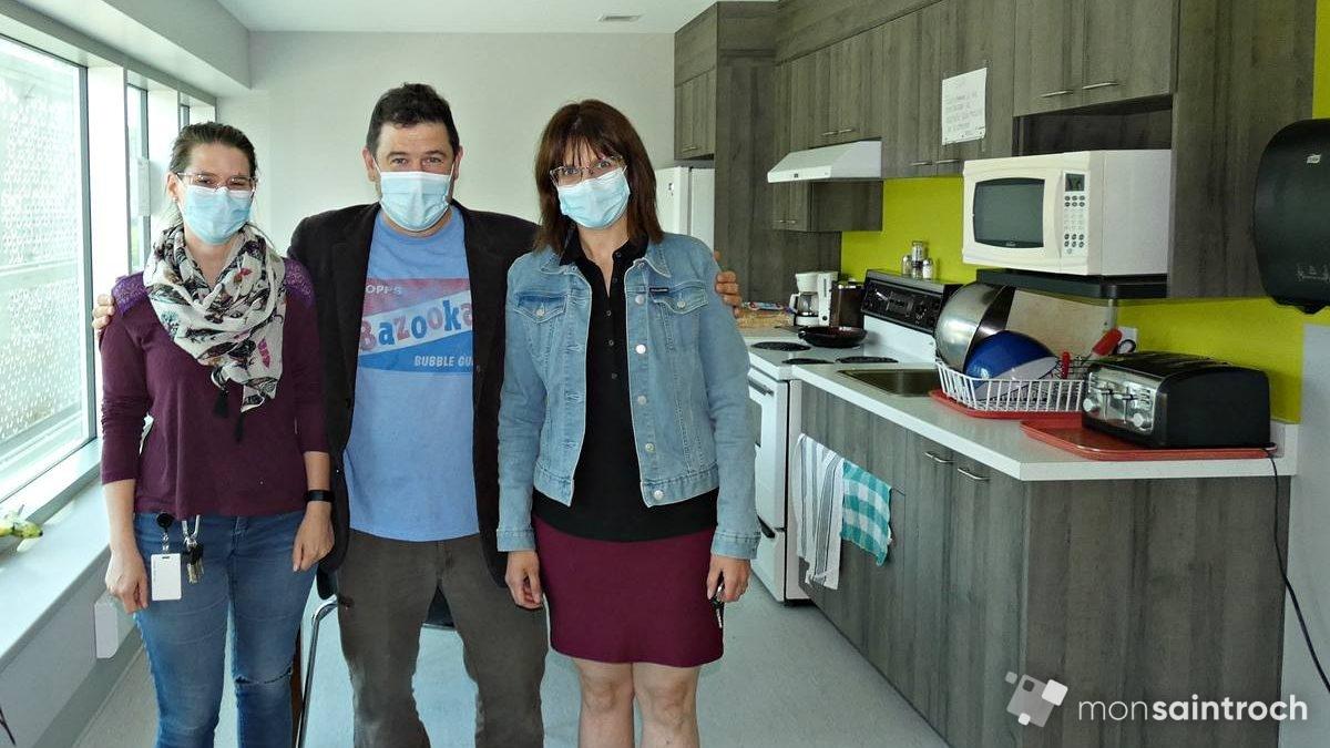 Photo 4 - Cuisinette du 6e étage. Julie et Mélanie, respectivement intervenante aux logements et responsable du secteur de rétablissement.