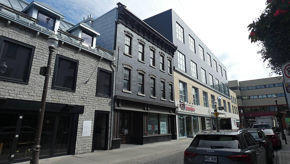 Le 820-842, rue Saint-Joseph Est. Vue en direction nord. 29 juin 2021.
