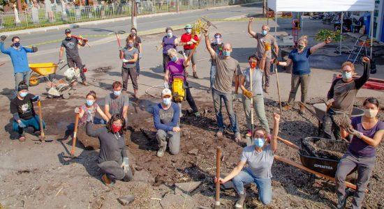 Les citoyen.ne.s dépavent l'asphalte à la main - Viktoria Miojevic